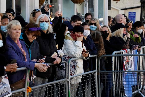 Elképesztő! Félmeztelen nő rohant a tömeg elé Fülöp herceg temetésén (FOTÓK)
