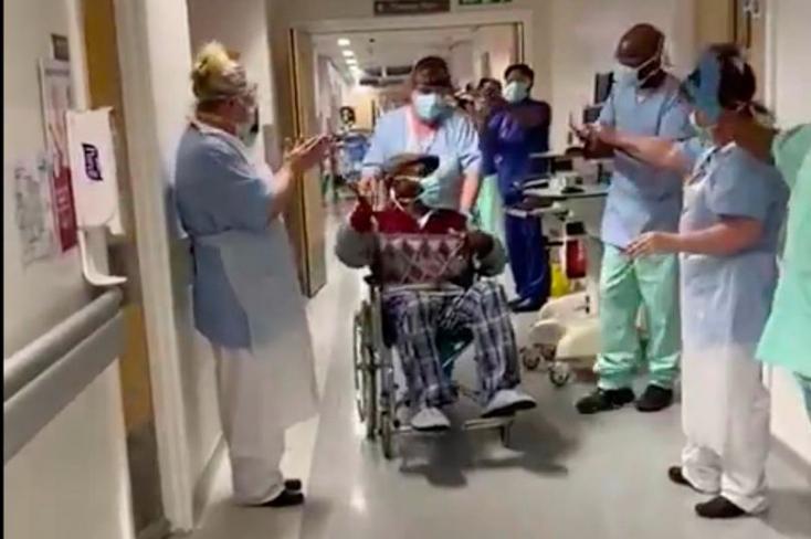 MEGHATÓ: Megtapsolták a kórházi dolgozóka 84 éves nagypapát, aki legyőzte a koronavírust– VIDEÓ