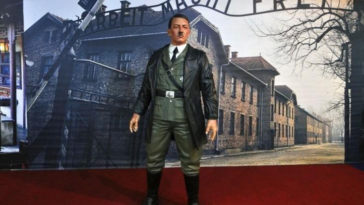 Adolf Hitler viaszszobrával szelfiztek náci karlendítés kíséretében