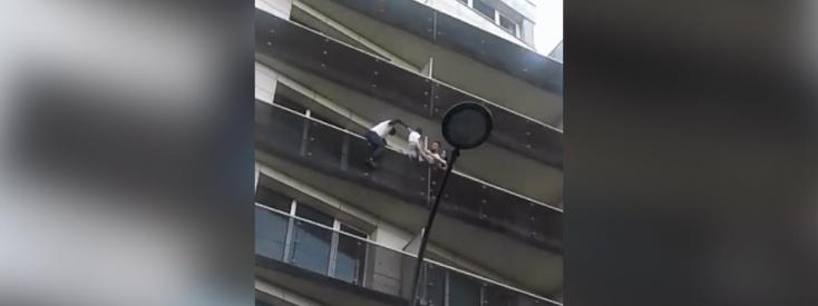 Megmentett egy járókelő egy negyedik emeleti balkonról kilógó gyereket