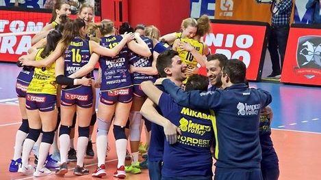 Meztelenül ünnepelték a bajnoki címet a röplabdás lányok (FOTÓK)