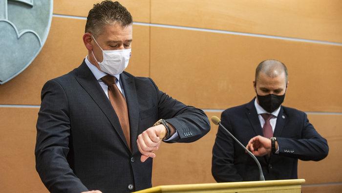 40 ezer eurósnak tűnő luxusóra fityeg a belügyminiszter karján, de szerinte csak egy hamisítványról van szó