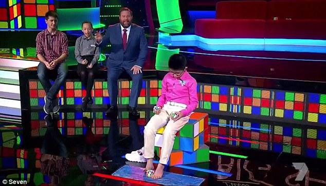 Egyszerre három Rubik-kocka kirakásával nyűgözte le egy kínai fiú a világot