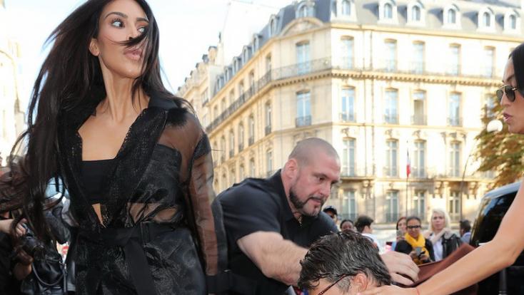 Megtámadták Kim Kardashiant, meg akarták csókolni a fenekét