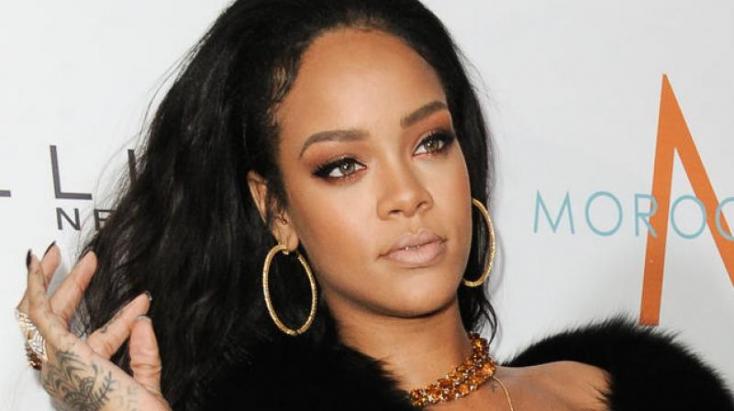 Majdnem kicsúszott Rihanna melle a ruhájából
