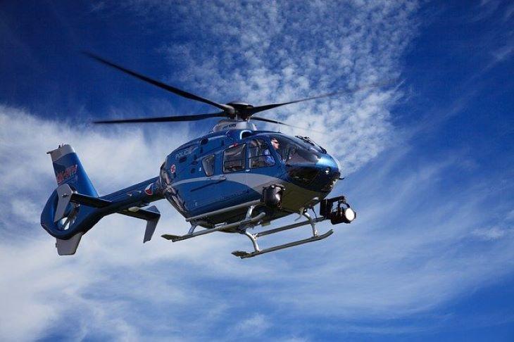 Ejtőernyő nélkül ugrott ki egy helikopterből 40 méter magasból egy férfi - VIDEÓ
