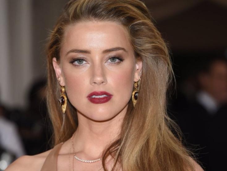 A szexi színésznő megvillantotta a mellbimbóját (FOTÓ)