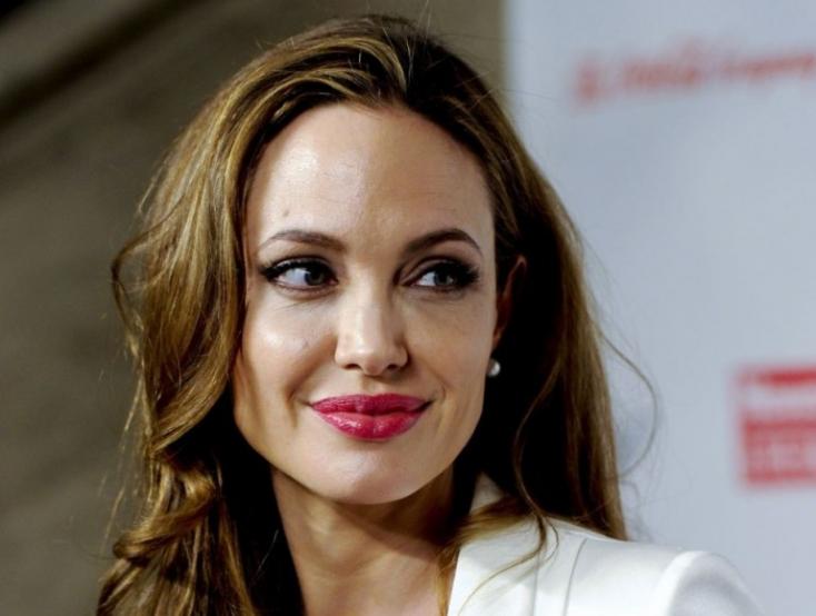 Angelina Jolie nem csak a ruháit dobta le, érzelmileg is megnyílt (FOTÓK)