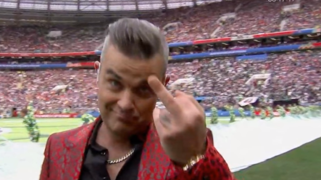 Robbie Williams középső ujjával mindenkit elküldött melegebb égtájakra a foci vb megnyitóján