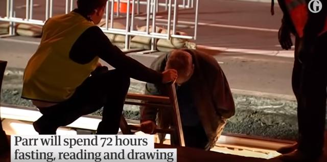 Élve eltemetkezett egy performanszművész – 72 órán keresztül lesz a föld alatt