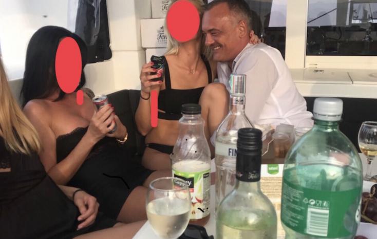 Kukucskáljunk be a kulisszák mögé: a szaftos szexbotránya miatt lemondott győri expolgármesterre nyomultak a csajok