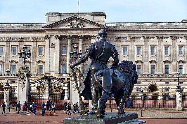 Fejenként 1 fontba került tavaly a brit monarchia