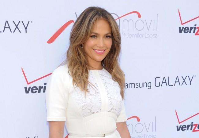 Jennifer Lopez mellbimbói szinte kiszúrták a felsőjét