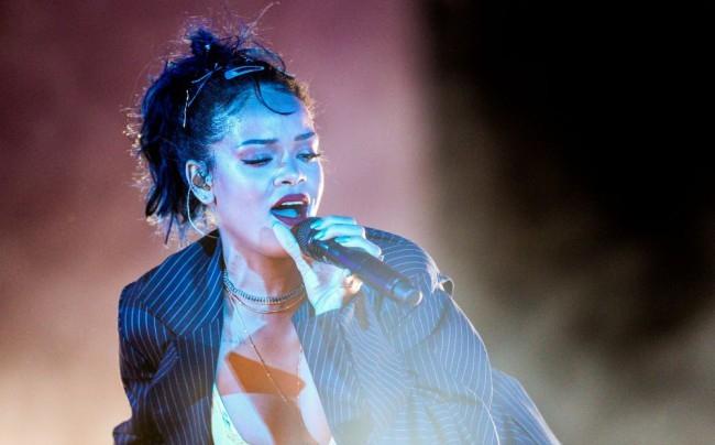 Nyilvánosságra került Rihanna telefonszáma