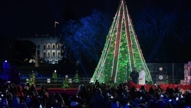 Felkapcsolták a fényeket Washington és New York híres karácsonyfáin