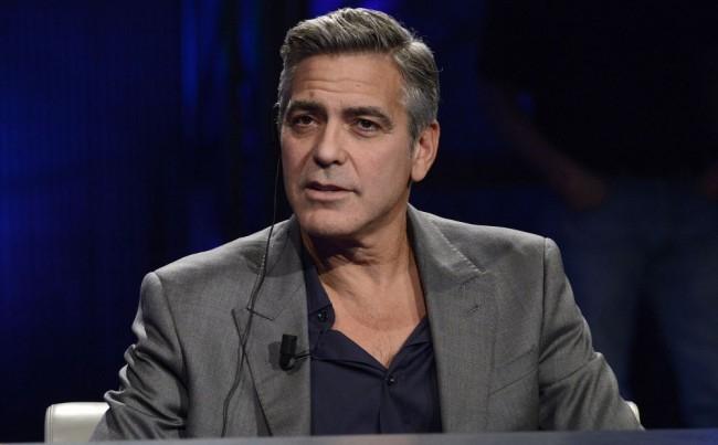 Egy térfigyelő kamera felvételt készített George Clooney motorbalesetéről (VIDEÓ)