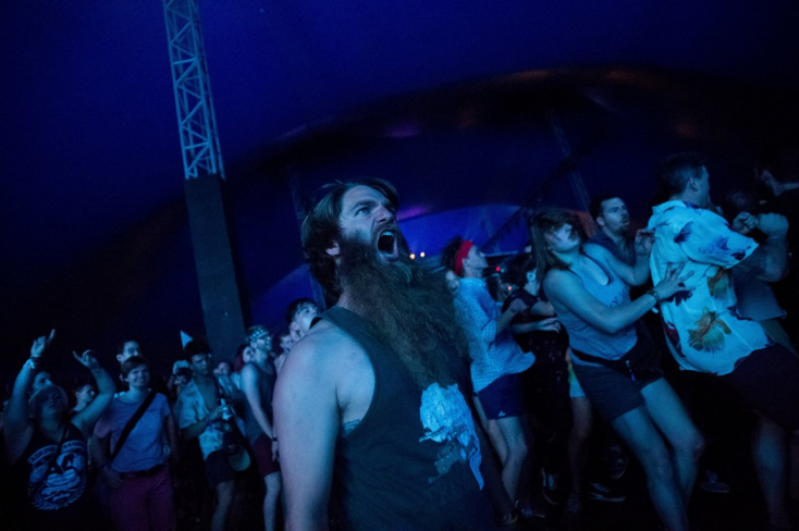 Óriási tömegpánik alakult ki a Szigeten Ed Sheeran koncertje alatt, a pultokon keresztül menekültek az emberek
