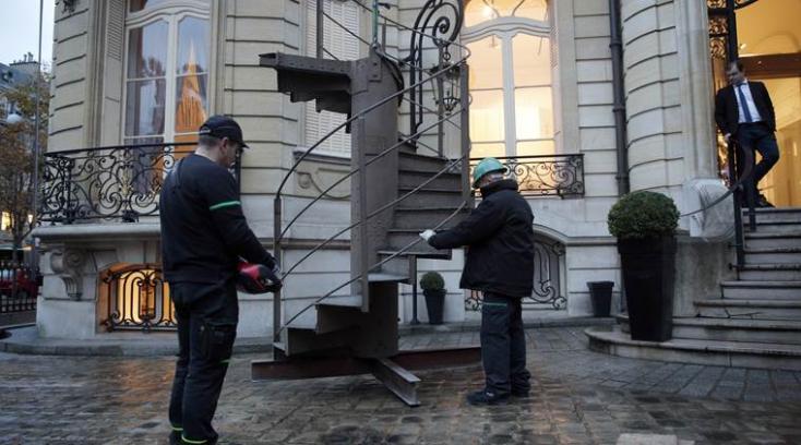 Elárverezik az Eiffel-torony eredeti lépcsőjének egy darabját