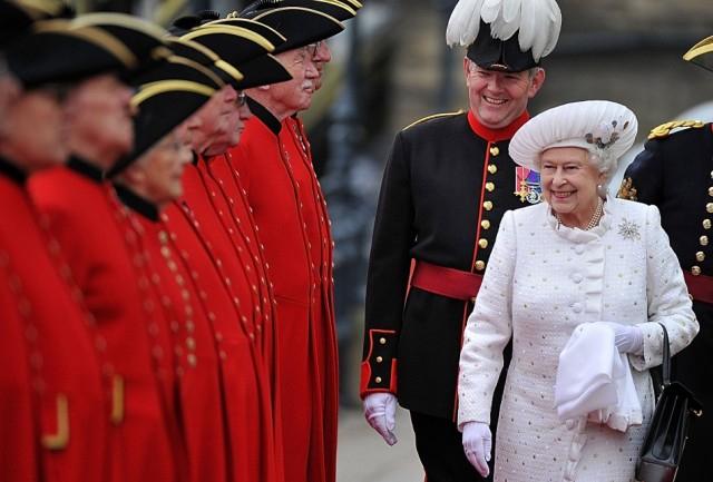 II. Erzsébet királynő műkezet kapott ajándékba