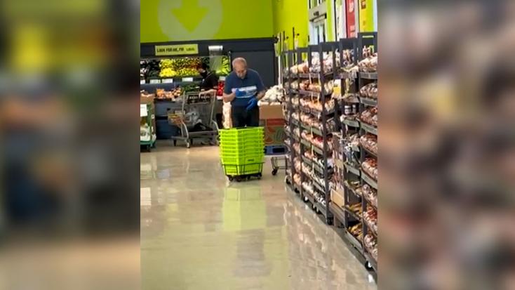 Sokkot kapott a vevő, mikor meglátta, mivel törölgeti a bevásárlókosarat a bolt alkalmazottja – VIDEÓ