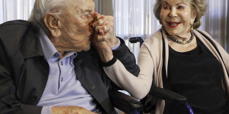 Elhunyt Anne Douglas, a hollywoodi színészlegenda, Kirk Douglas özvegye