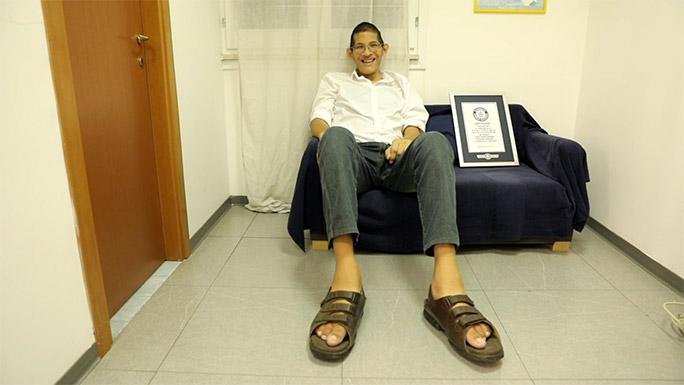 Újabb cipőt kapott a világ legnagyobb lábon élő embere