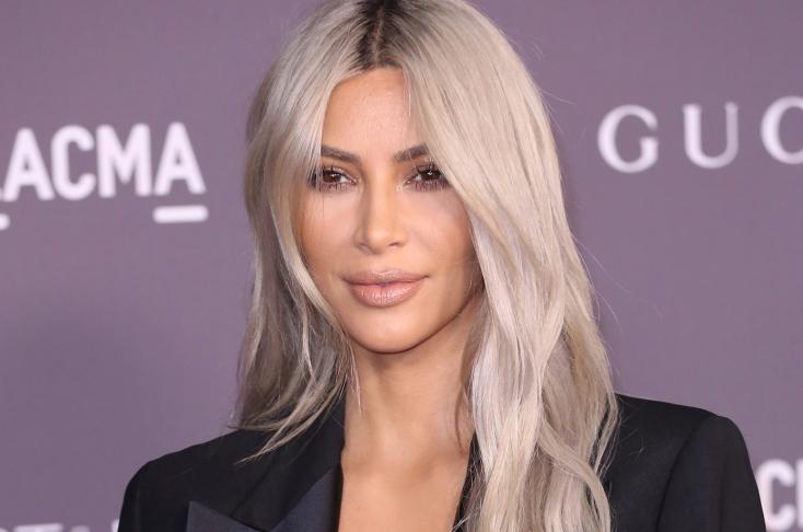 Alig valamit takaró fürdőruhában dögösködött Kim Kardashian – FOTÓ 18+