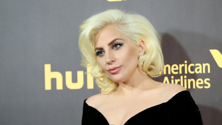 Lady Gaga meztelen kebleit csak a kezei takarják (FOTÓ)