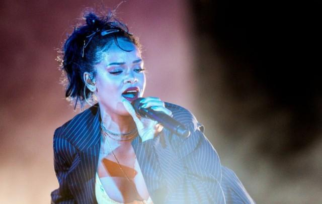 Rihanna egy szál bugyiban szexiskedett