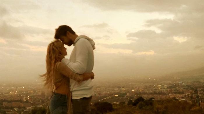 Shakira egy videoklipben meséli el, hogyan ismerkedett meg Gérard Piquével