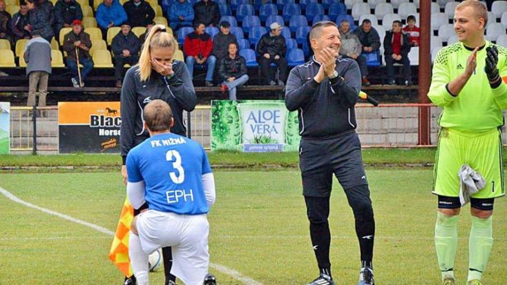 Percekkel a meccs előtt az egyik fiatal szlovák focista megkérte a bírónő kezét!