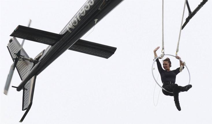 Fogával kapaszkodva lógott a Niagara vízesés felett egy légtornász