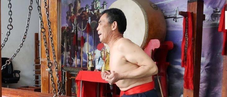 ÉSZMEGÁLL: Faoszloppal ütögeti a nemi szervét a kungfumester (VIDEÓ)