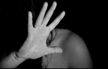 A tetőre menekült ki a férj elől a meztelen szerető (videó)