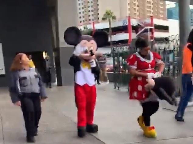 Összeverekedtek a biztonsági őrrel a Disney-figurák, Minnie alaposan elgyepálta a támadóját – VIDEÓ