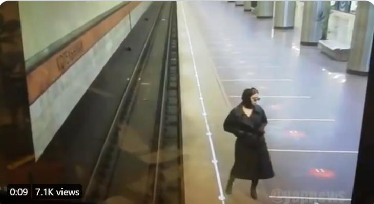 Sztriptízzel lepte meg egy nő a metró biztonsági szolgálatának tagjait (VIDEÓ)