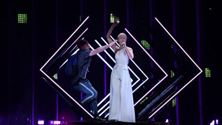Eurovíziós Dalfesztivál - Kikapták a brit versenyző kezéből a mikrofont (videó)