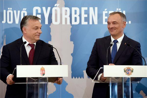 """Családapaként kampányol, """"olimpikonként"""" teljesít egy szőkével a győri fideszes polgármester a róla közölt pajzán fotón!"""