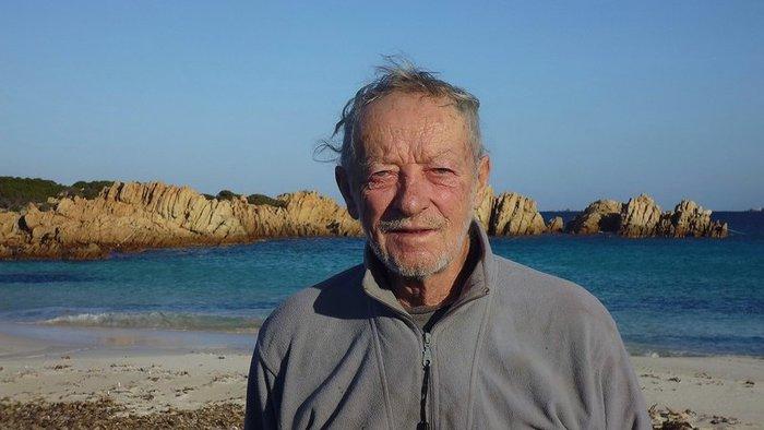 Több mint 30 év után távoznia kell szigetéről az olasz Robinson Crusoe-nak