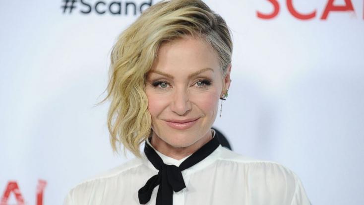 ZAKLATÁSOK: Steven Seagal lehúzta Portia de Rossi színésznő bőrnadrágjának cipzárját