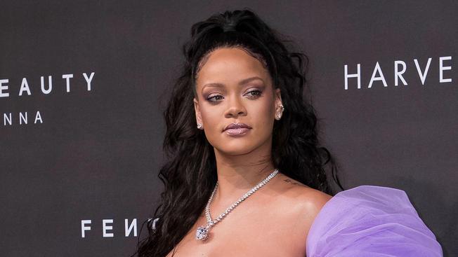 Rihanna épphogy eltakarja a testét ezen a képen