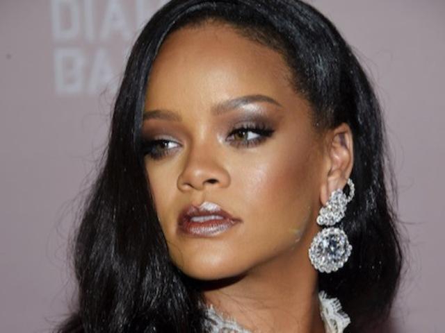 Rihanna ledobta a ruháit, hogy új és csábító fehérneműkollekcióját reklámozza (FOTÓ)
