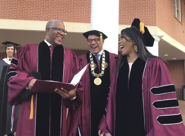 Kifizeti egy végzős egyetemi évfolyam diákhitelét a milliárdos