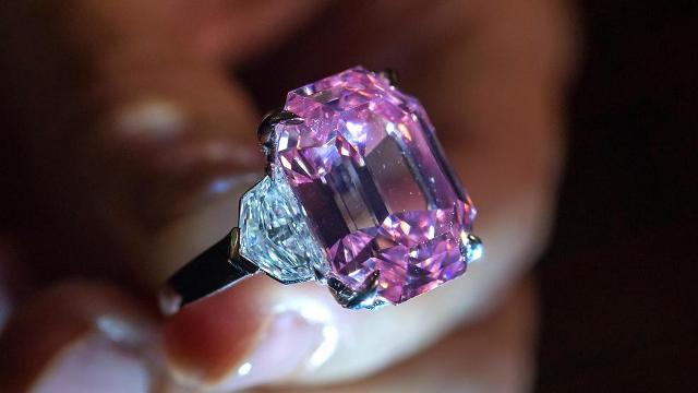 Ötven millió dollárért kelt el egy rózsaszín gyémánt