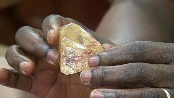 Hétszázkilenc karátos nyers gyémántra bukkant egy pap