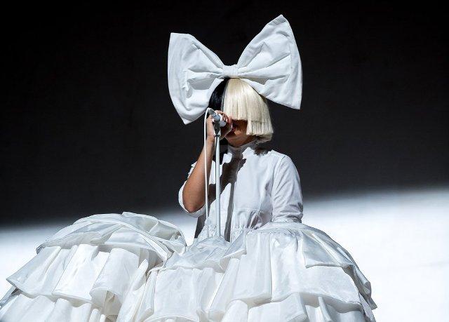 Sia megmutatta az arcát, sőt az egyik mellét is