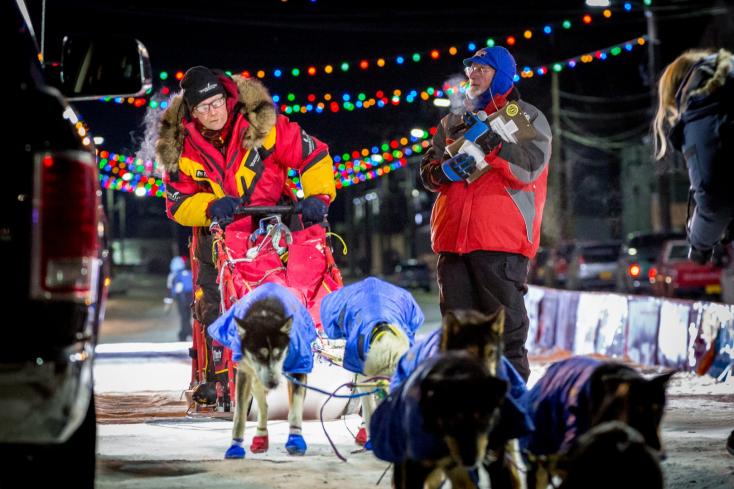 Az eddigi legidősebb hajtó nyerte az alaszkai kutyaszánversenyt