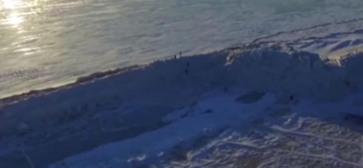 Húsz méter magas jégfalat hordott össze a szél egy tó felszínén