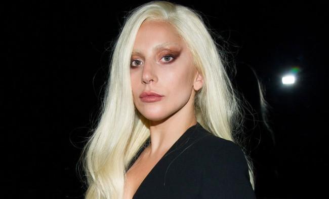 Kilógtak a bikinifelsőből Lady Gaga mellei