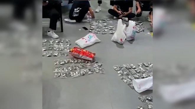 ŐRÜLET: Három órán át számolták az eladók az aprópénzt, amiből autót vett a fiának egy kínai férfi